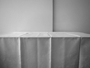 Bord med duk. Digitalfoto, 2011.