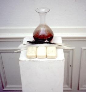 Installation med vin, fjädrar, tvålar, Konsthögskolan, 1976. Dia.